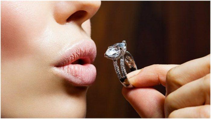 Помолвочное кольцо с бриллиантом.