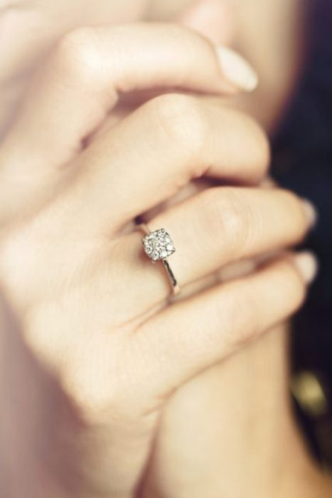 Обручальное кольцо с бриллиантом.