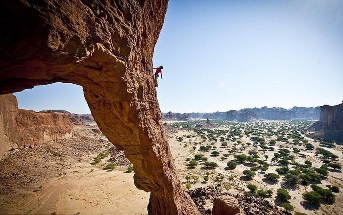 Альпинистам удалось покорить горную *арку* на плато Эннеди лишь в 2010 году