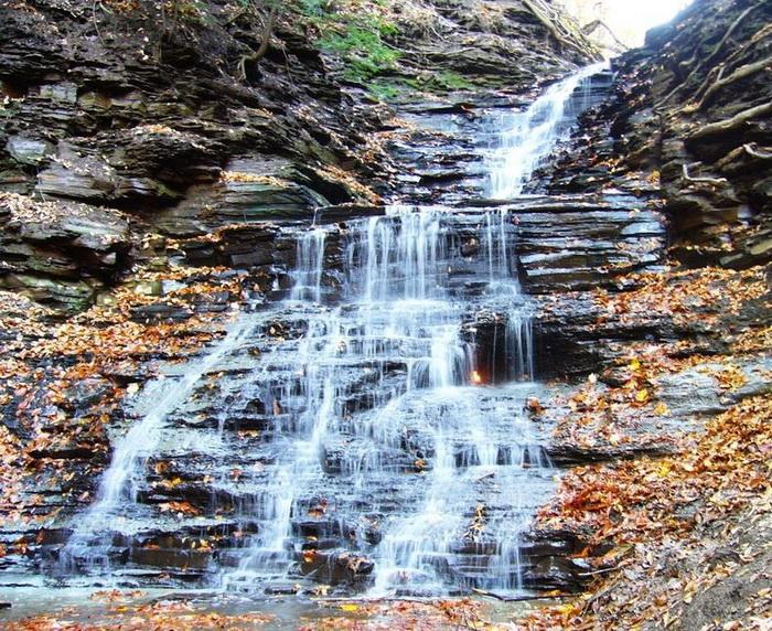 Водопад *Вечный огонь* в нью-йоркском парке
