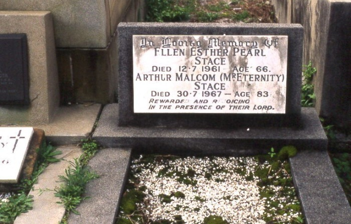Могила Стейсе на мемориале.