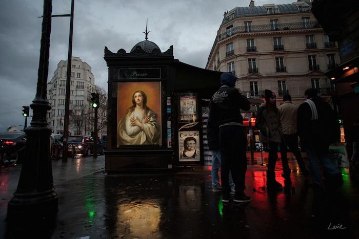 Картины вместо рекламных плакатов на улицах Парижа