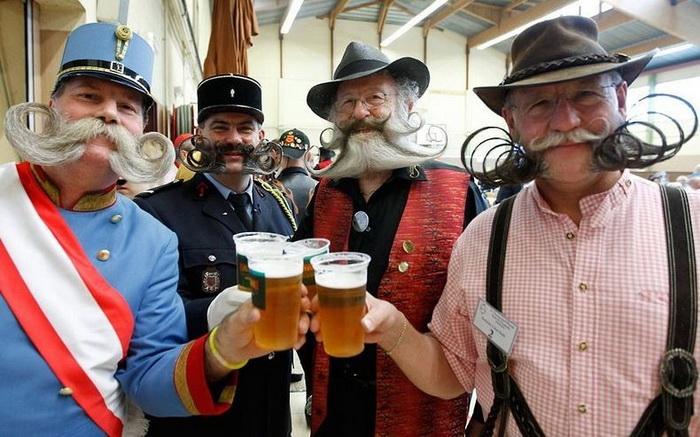 Многие участники чемпионата *дополняют* бороду и усы тематическими нарядами