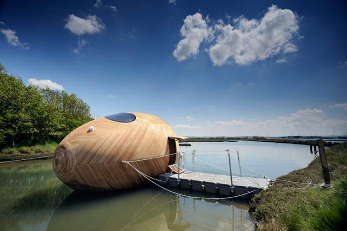 Деревянное яйцо на реке  Болье. Арт-объект от Стивена Тернера