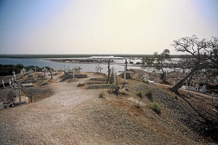 Христианское кладбище в деревне Жоаль-Фадиут