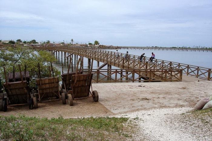 Деревянный мост соединяет остров Фадиут с материком
