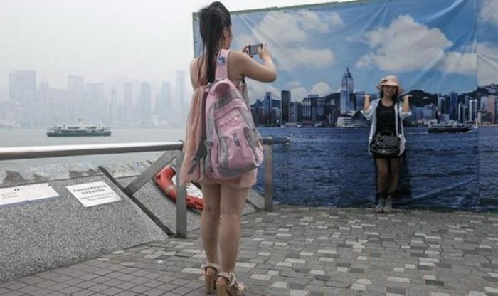 Туристам предлагают делать фотографии на фоне баннеров