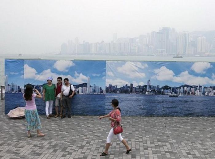 Альтернатива туманному Гонконгу: безоблачное небо и небоскребы на баннерах