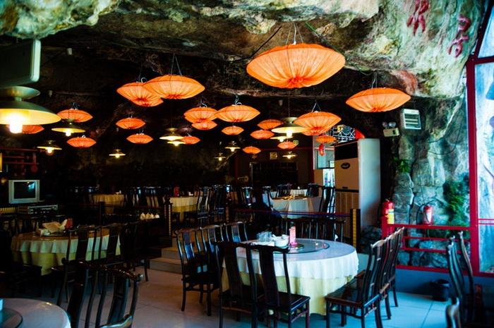 Пещерный потолок ресторана Fangweng украшен множеством ламп