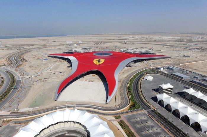 На гигантской крыше помещен крупнейший в мире логотип Ferrari