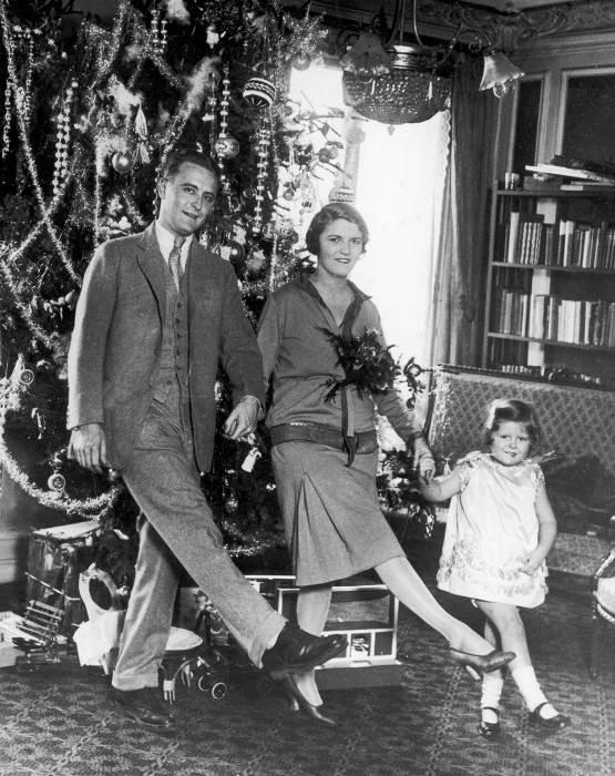 Новогоднее семейное фото у елки.