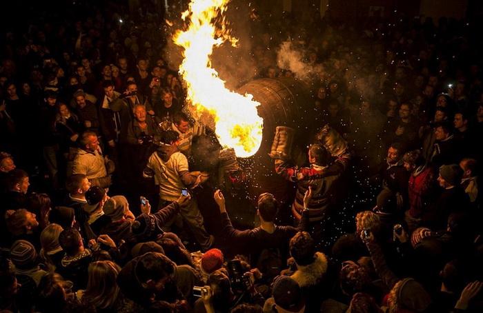 Фестиваль горящих бочек в деревне Оттери-Сент-Мэри
