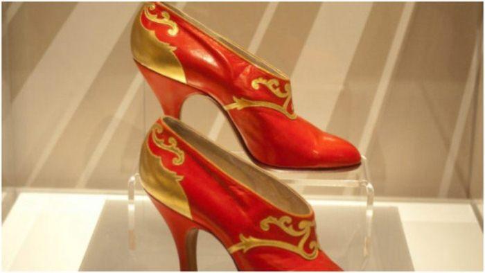 Красные туфли с золотой отделкой.