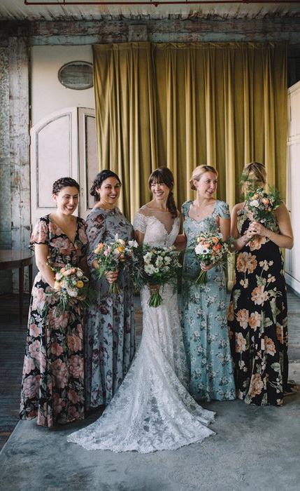 Подруги невесты выбрали один фасон платьев, но разные цвета ткани.