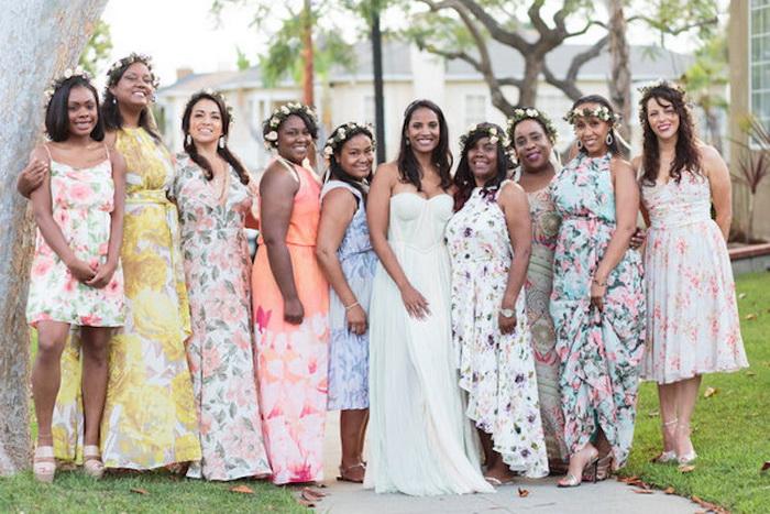 Каждая девушка выбрала наряд по своему вкусу, но все украсили прически одинаковыми венками.