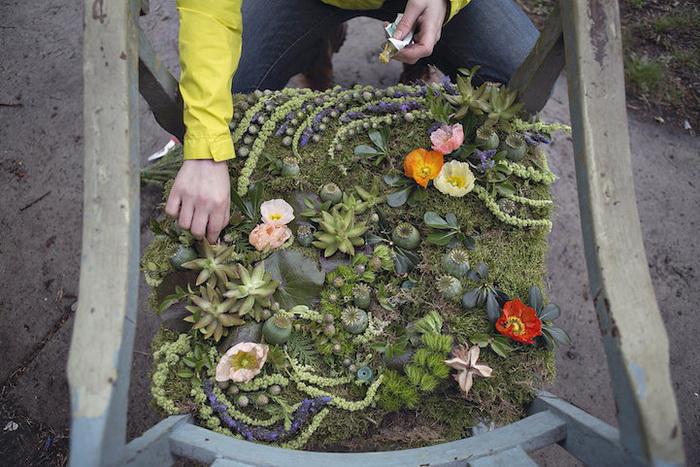 Для украшения заброшенного дома было использовано 4 000 цветков