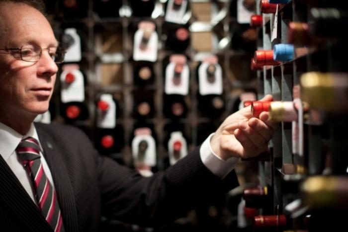 Кавист - специалист по хранению винных бутылок в погребах.