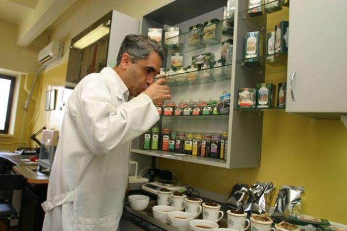 Титестер - профессиональный дегустатор чая.