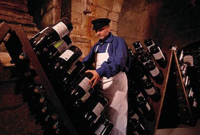 Ремюейр - специалист, который переворачивает бутылки с шампанским.