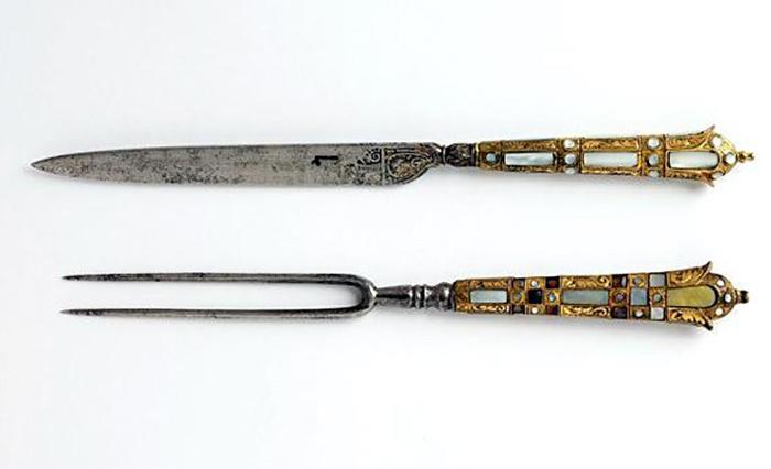 Французская вилка к. 1500 - н. 1600-х гг. Стальная, декорирована перламутром.