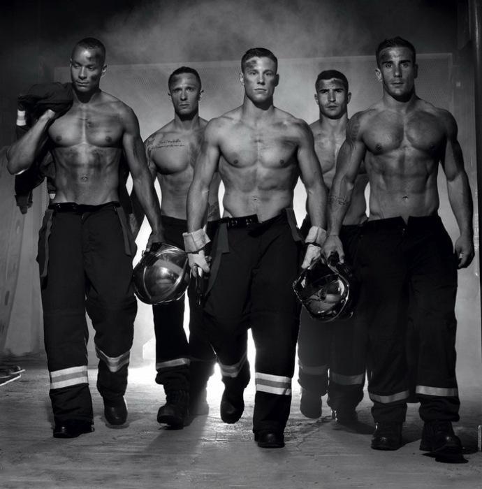 Фотографии пожарных из Франции украсили страницы календаря на 2016 год