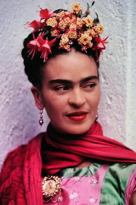 Мексиканская художница Фрида Кало любила яркие аксессуары: шарфы, серьги, цветочные венки.