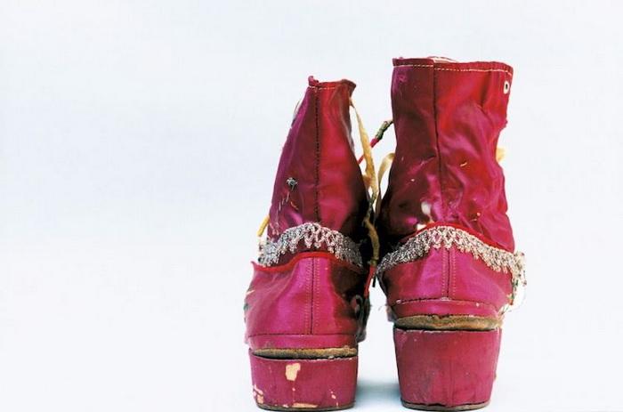 Разницу в длине ног Фрида маскировала за счет обуви с различной высотой каблуков.