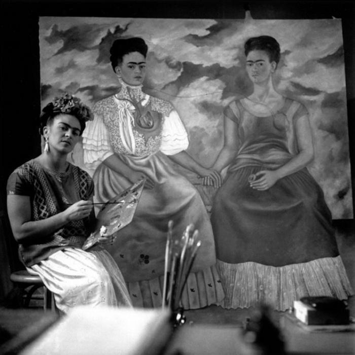 Фрида Кало пишет автопортрет *Две Фриды*, 1939 год.