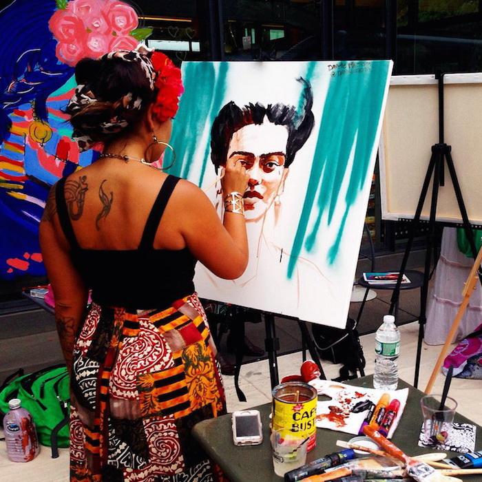 Художница рисует портрет Фриды Кало