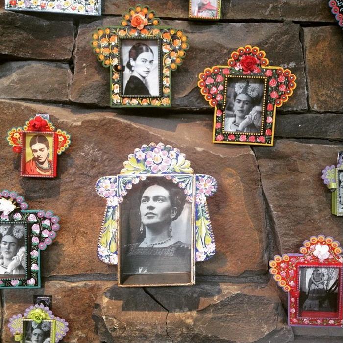 Сад украшен фотографиями Фриды Кало