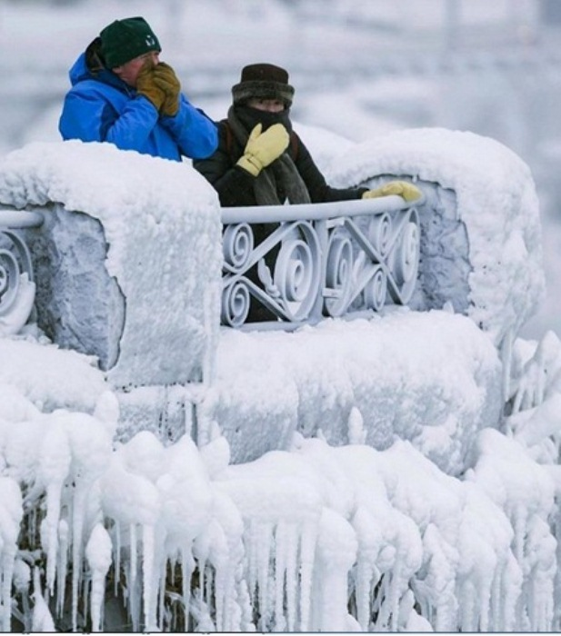 Туристы страдают от холода, но наслаждаются уникальным пейзажем.
