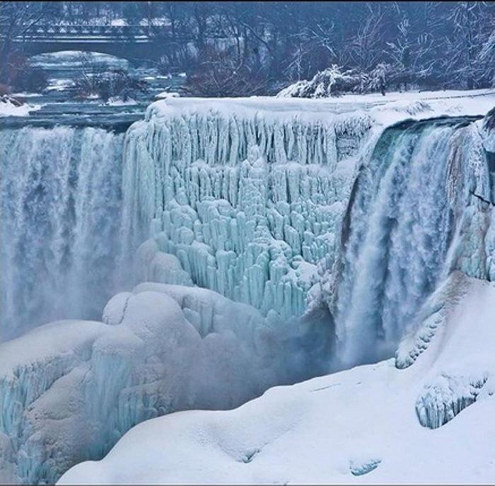 Cataratas do Niágara em cativeiro de gelo.
