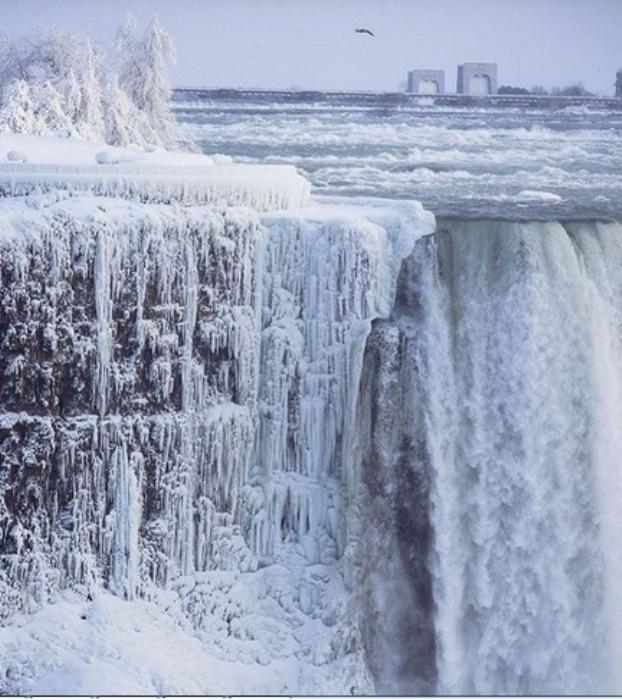 Водопад Ниагара в ледовом плену.