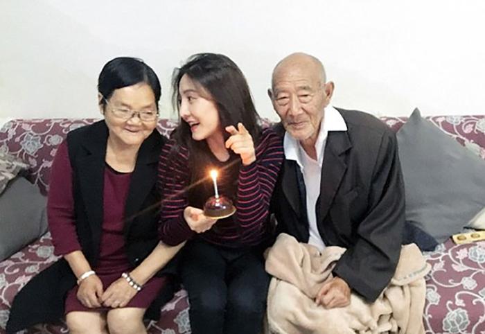 Fu Xuewei с бабушкой и дедушкой.