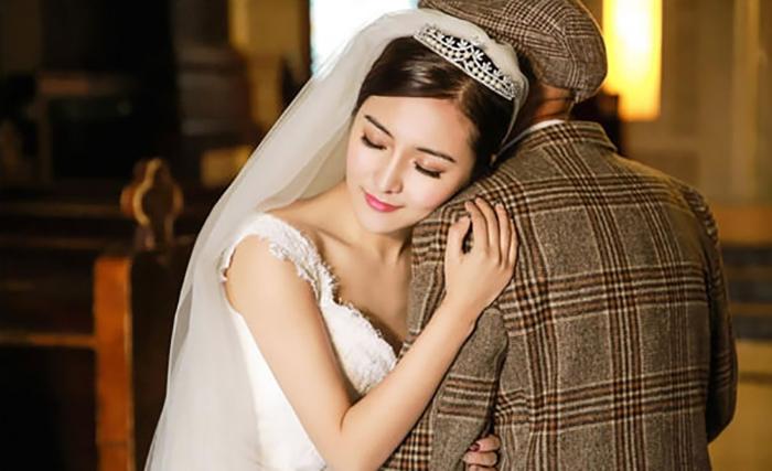 Fu Xuewei обнимает главного мужчину в своей жизни.