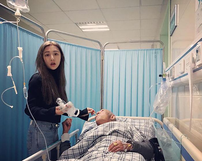 Fu Xuewei заботится в больнице о дедушке.
