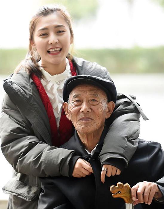 Fu Xuewei с дедушкой в повседневной жизни.