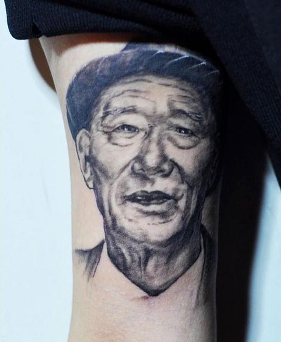 Татуировка на руке дедушки.