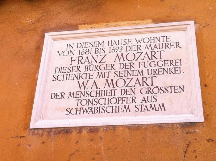 Мемориальная табличка на доме Франца Моцарта.