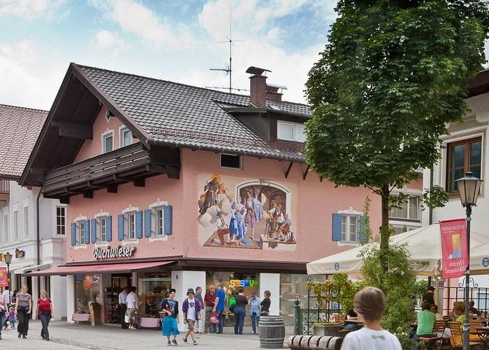 Картины на стенах домов альпийского городка Гармиш-Партенкирхен