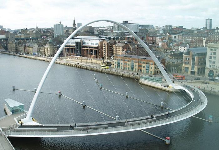 Одна опора моста поднята вертикально на 50 м, вторая - опущена горизонтально