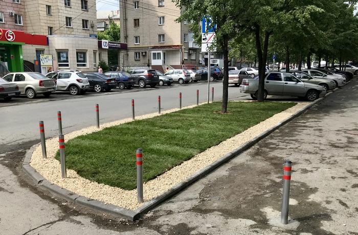 Зеленый газон и место для парковки.