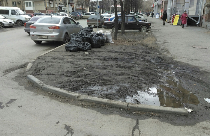Грязь и разруха в одном из дворов Челябинска.