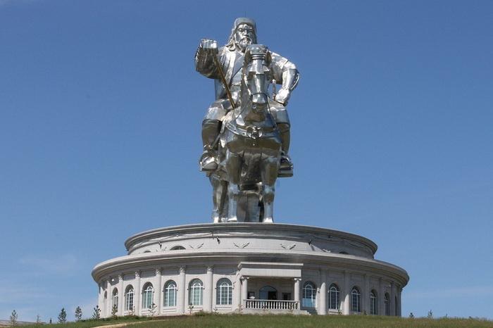 Статуя Чингисхана установлена на 10-метровом постаменте