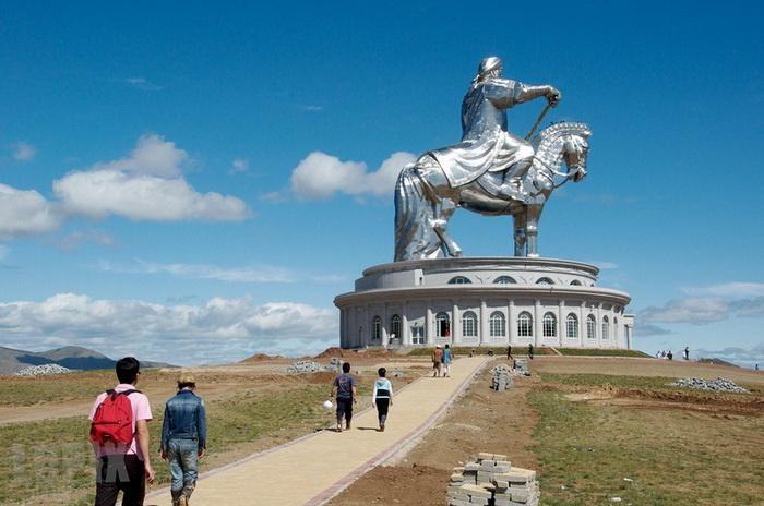 Статуя Чингисхана - крупнейшая конная статуя в мире