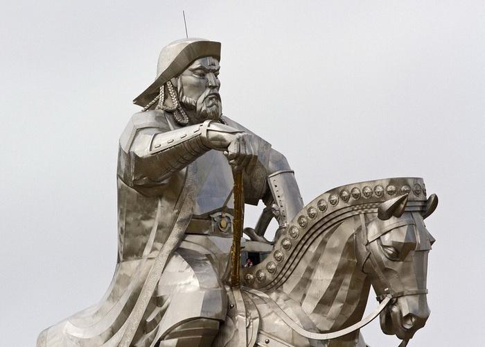Для статуи Чингисхана понадобилось 250 тонн нержавеющей стали