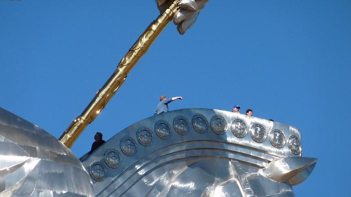 Туристы могут подняться наверх статуи