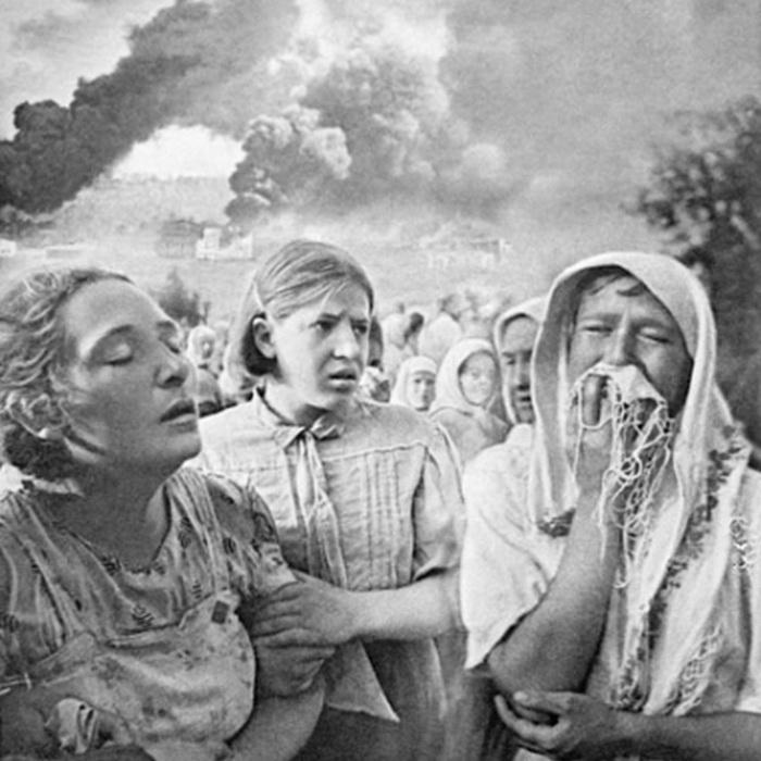 Фашисты бомбят деревню