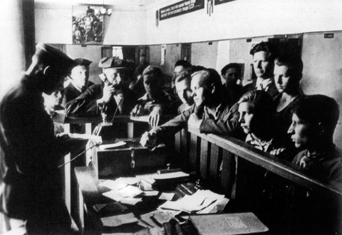 Добровольцы в военкомате. В первый день войны в ряды армии вступило 300 тысяч человек