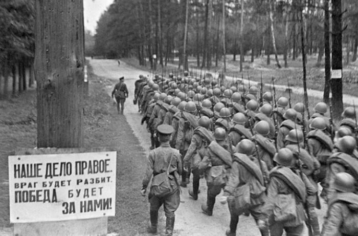 Второй день войны. Воины Красной Армии отправляются на фронт. Впервую неделю всего было призвано на службу 5,3 млн человек